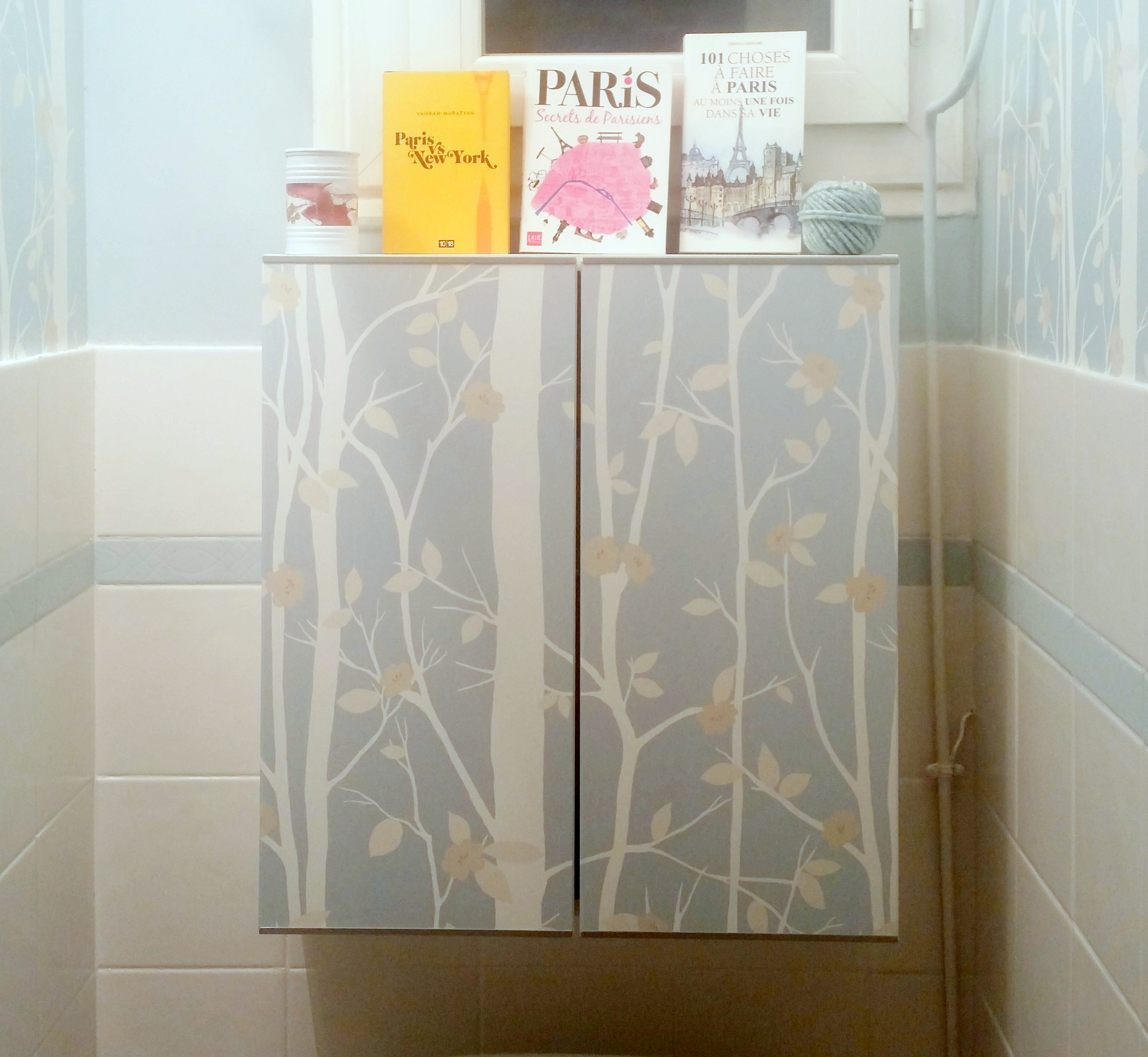 Diy customiser un meuble avec du papier peint p tisse for Papier a coller sur meuble